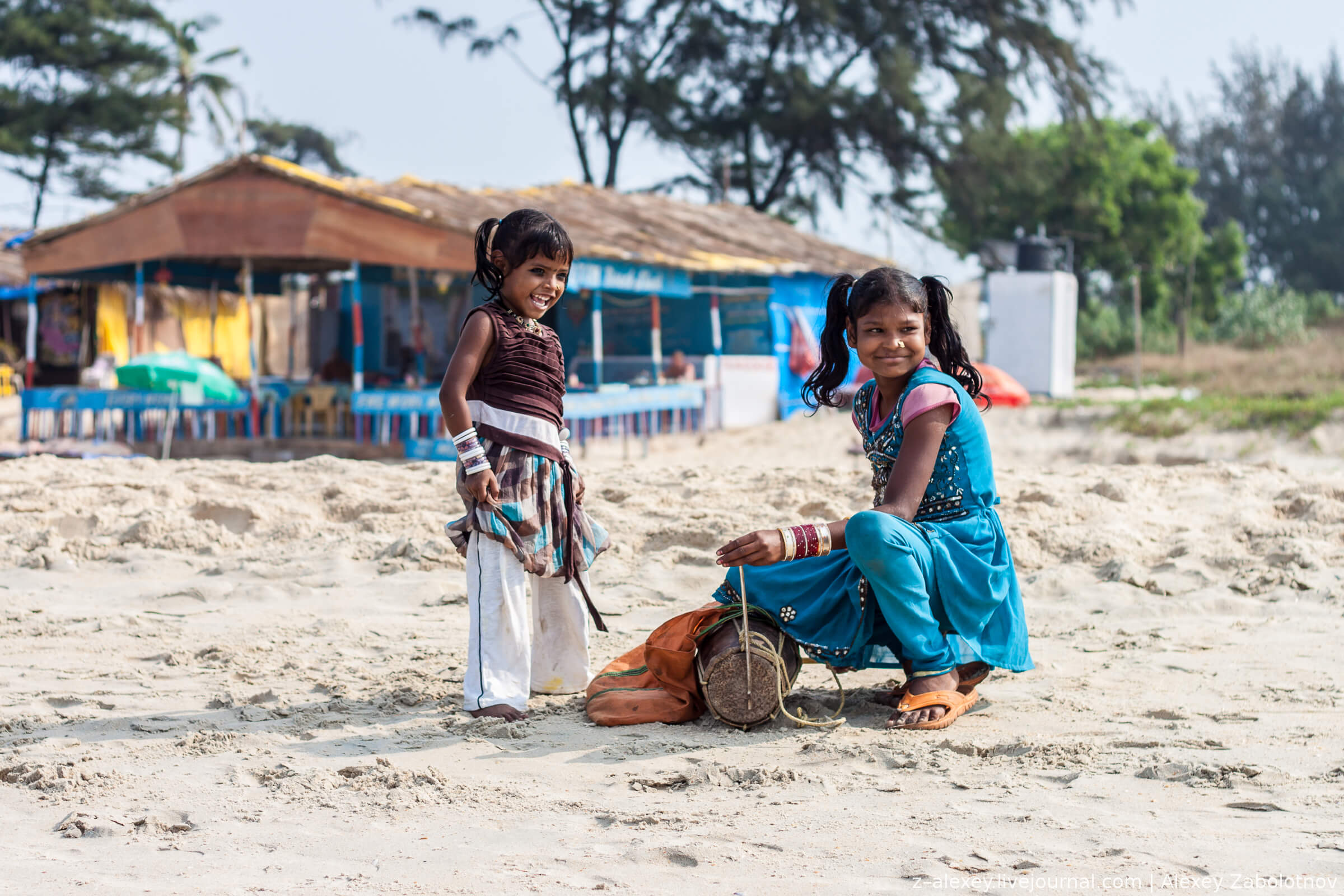 India_Goa_children_on_the_beach